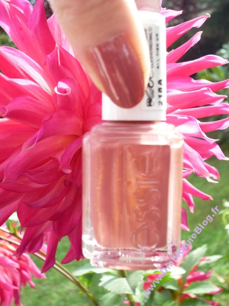 Manucure automnale vernis Essie All Thied Up